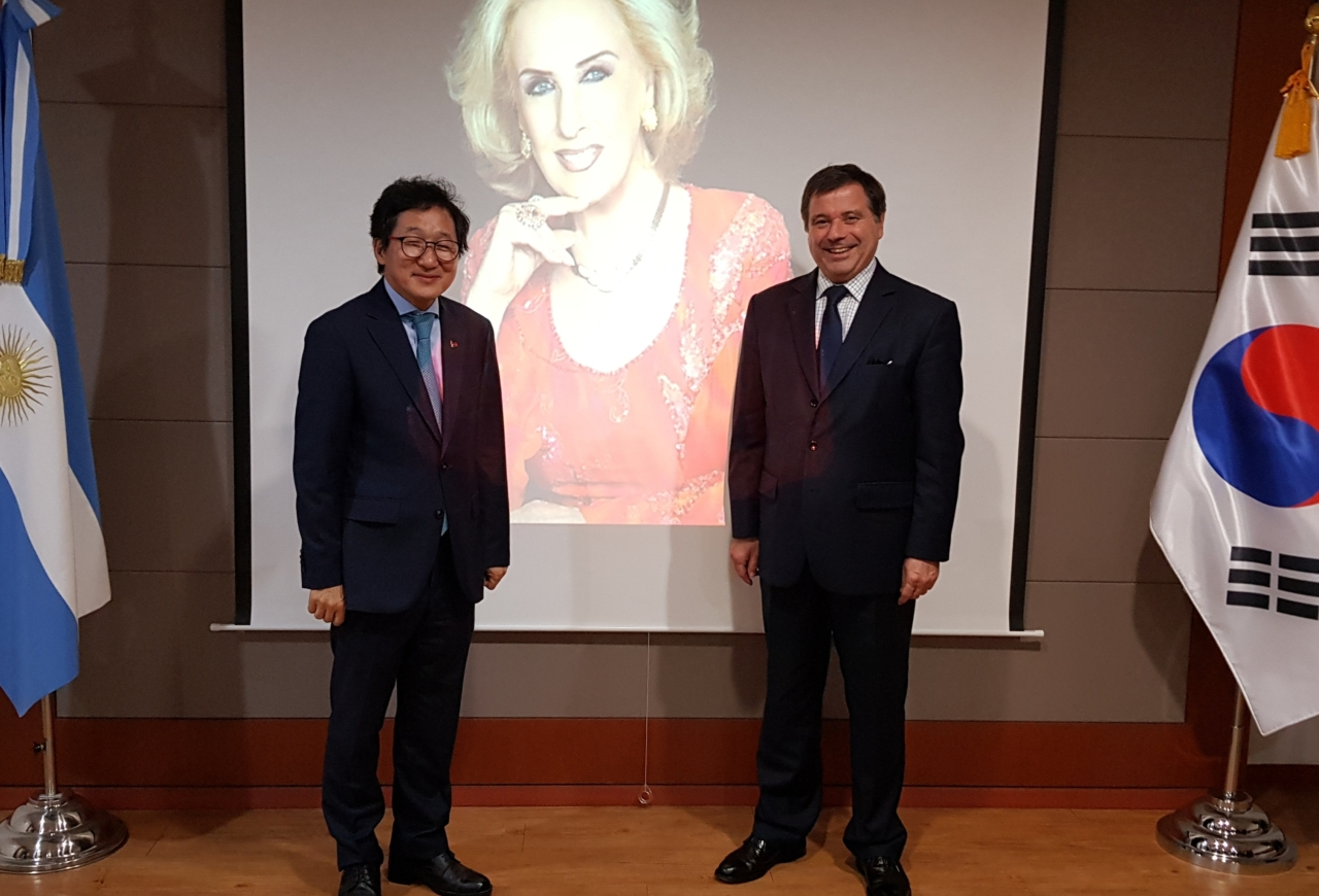Argentine Ambassador to South Korea Alfredo Carlos Bascou (right) and Seoul Arts Center President Yoo In-taek pose during the opening ceremony of the Sala Mirtha Legrand hall at the Argentine Embassy in Seoul on Thursday. (Embassy of Argentina in Seoul)