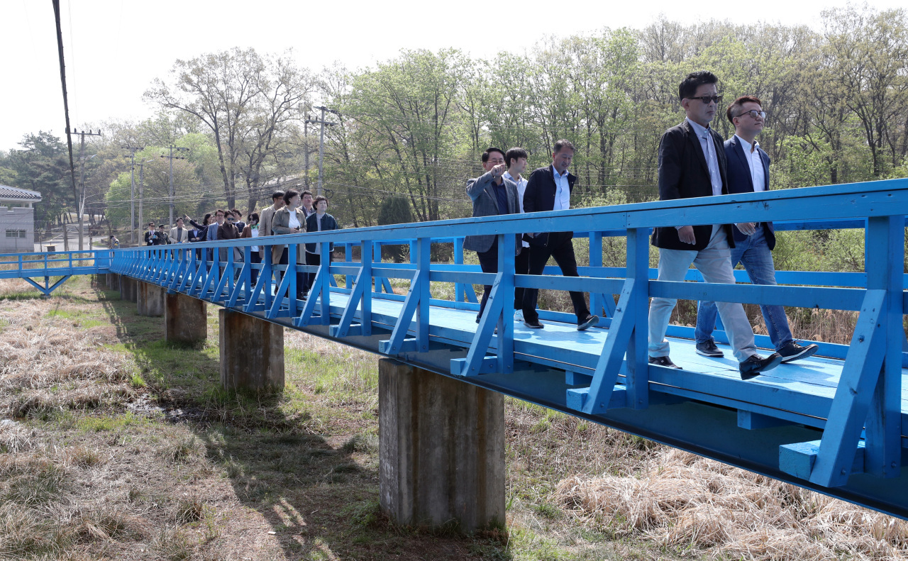 Visitors walk on a footbridge inside the Joint Security Area in the Demilitarized Zone on Wednesday. The bridge is where South Korean President Moon Jae-in and North Korean leader Kim Jong-un took a stroll during their first summit on April 27, 2018. (Yonhap)