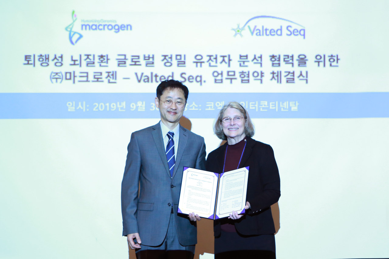 Yang Gap-seok (left), CEO of Macrogen, and Valina Dawson, CEO of Valted Seq. Inc. and a professor of neurology at Johns Hopkins University, pose for a photo after signing a memorandum of understanding on precise genetic analyses, in Seoul on Monday. (Smilegate Investment)