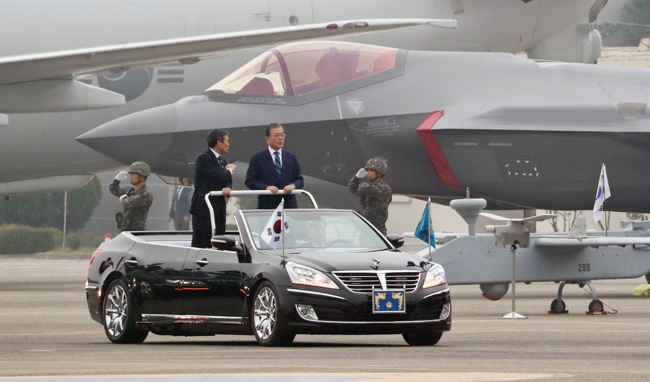 President Moon Jae-in inspects F-35A fighter jets at the Armed Forces Day event in Daegu on Tuesday. Yonhap