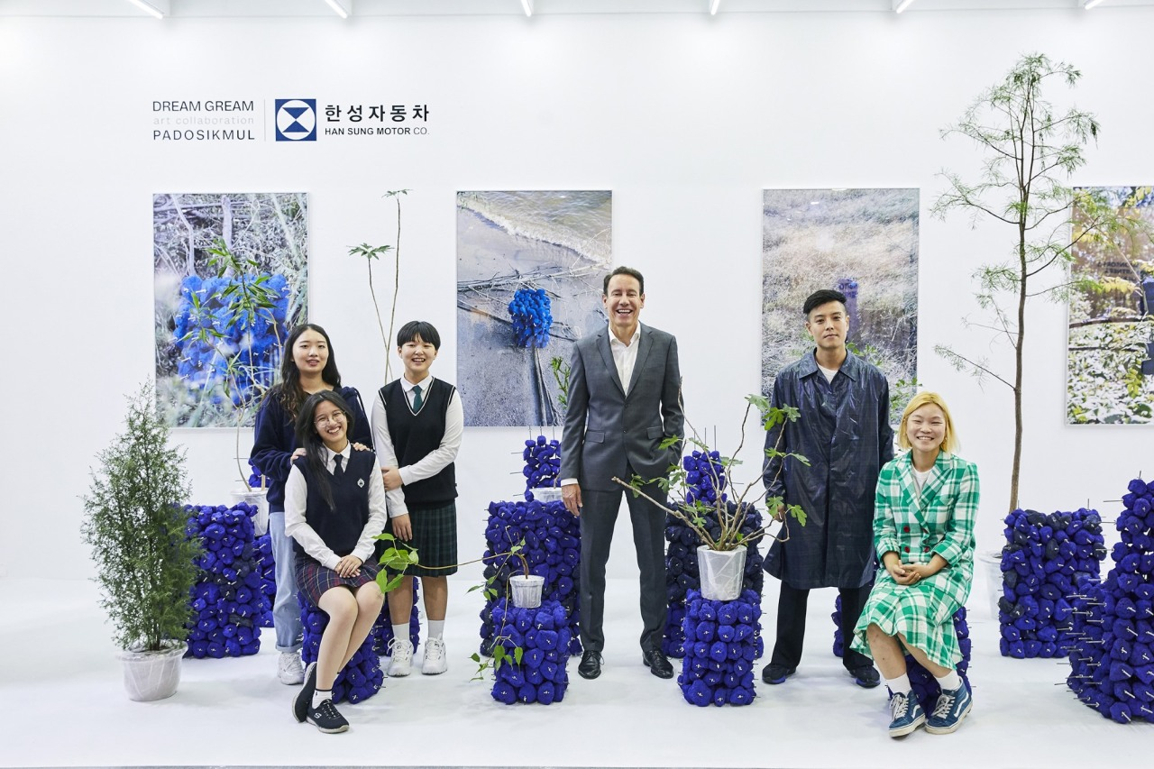 """Han Sung Motor CEO Ulf Ausprung (center) poses with Dream Gream scholarship recipients and Padosikmul, a creative duo, who collaborated with students for abstract installation artworks titled """"Interview"""" last week at KIAF held at Coex in Samseong-dong, Seoul, on Friday. (Han Sung Motor)"""