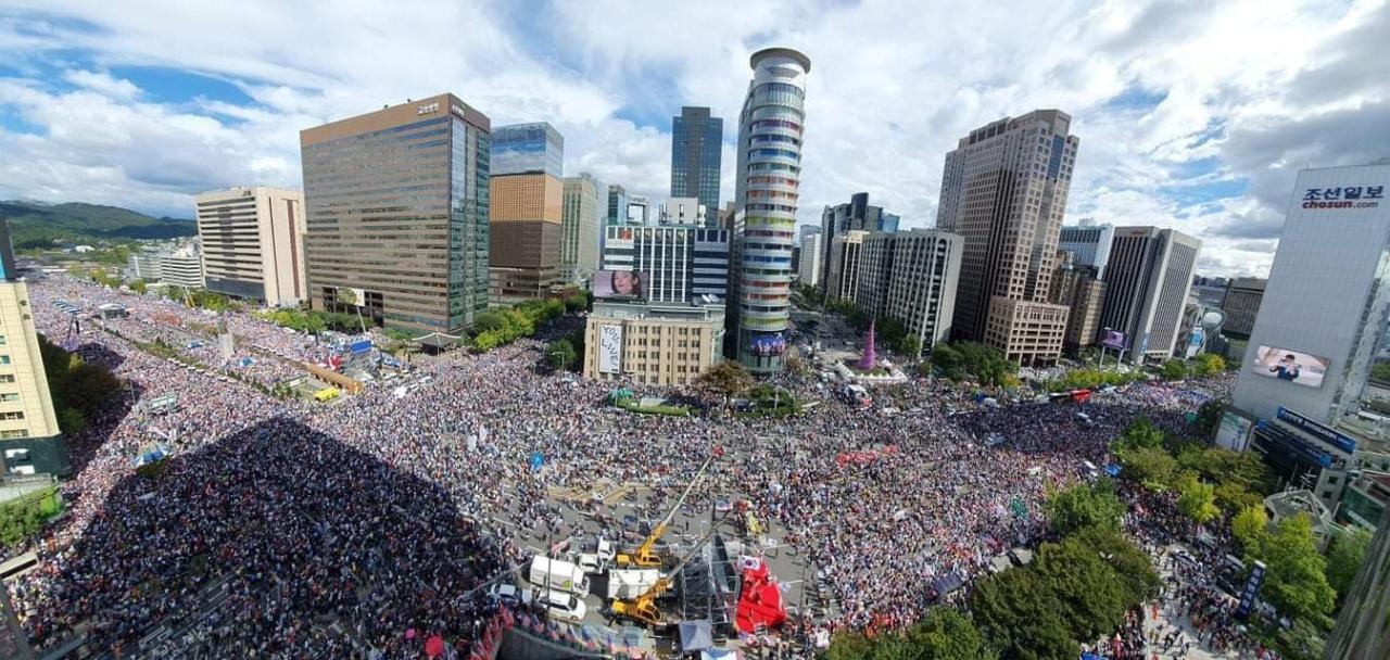 Protesters fill Gwanghwamun crossroads. (Yonhap)