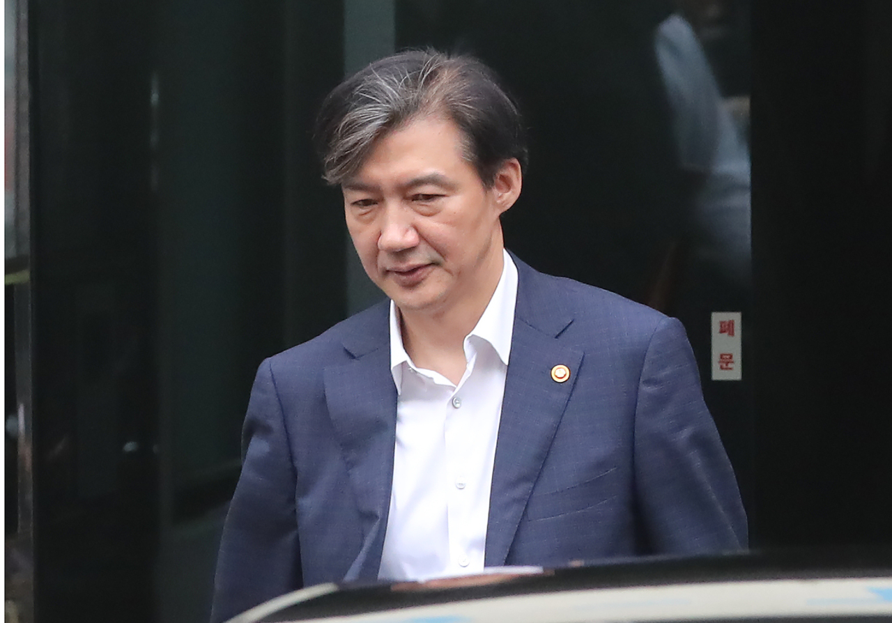 Justice Minister Cho leaves home in Bangbae-dong, Seoul, Wednesday morning. (Yonhap)