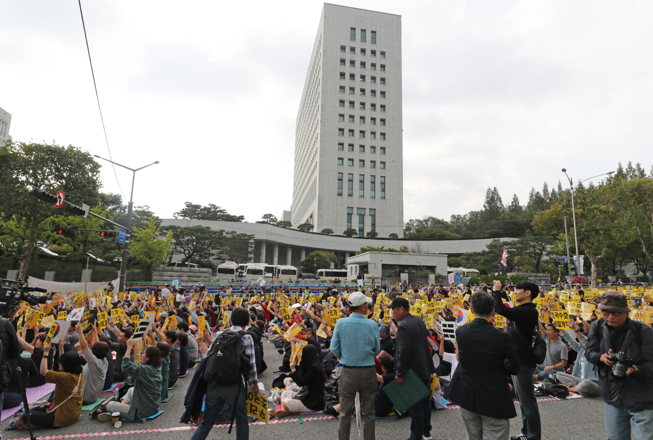 Activists in support of Justice Minister Cho Kuk gather in front of the prosecutors' office in Seocho-dong, southern Seoul, on Saturday. (Yonhap)
