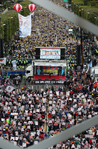 A rally calling for Justice Minister Cho Kuk's resignation (foreground) is held near the Seoul Central Prosecutors' Office in southern Seoul, Saturday, while a rally in favor of Cho takess place in the background. (Yonhap)