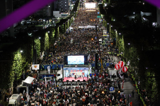 Banpo-daero is packed by people participating in a rally calling for the reform of the prosecution near the Seoul Central Prosecutors' Office in southern Seoul, Saturday. (Yonhap)
