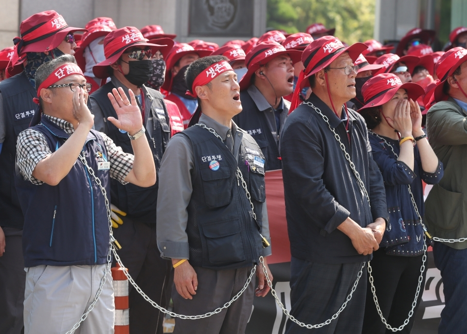 DSME union members shout slogans against on-site inspections of the HHI's field inspection team on June 3 in front of DSME office in Geoje, South Gyeongsang Province. (Yonhap)