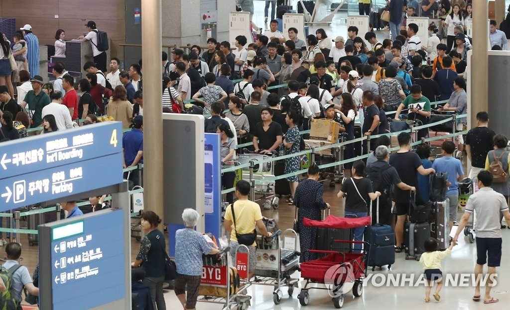 This undated file photo shows Incheon International Airport crowded with outbound travelers. (Yonhap)