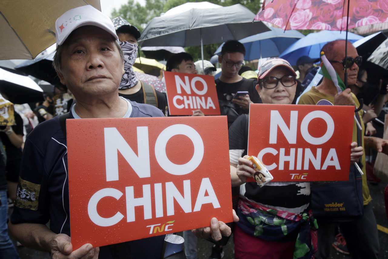 Hong Kong students and Taiwanese supporters hold slogans during a march in Taipei, Taiwan, Sunday, Sept. 29, 2019. (AP)