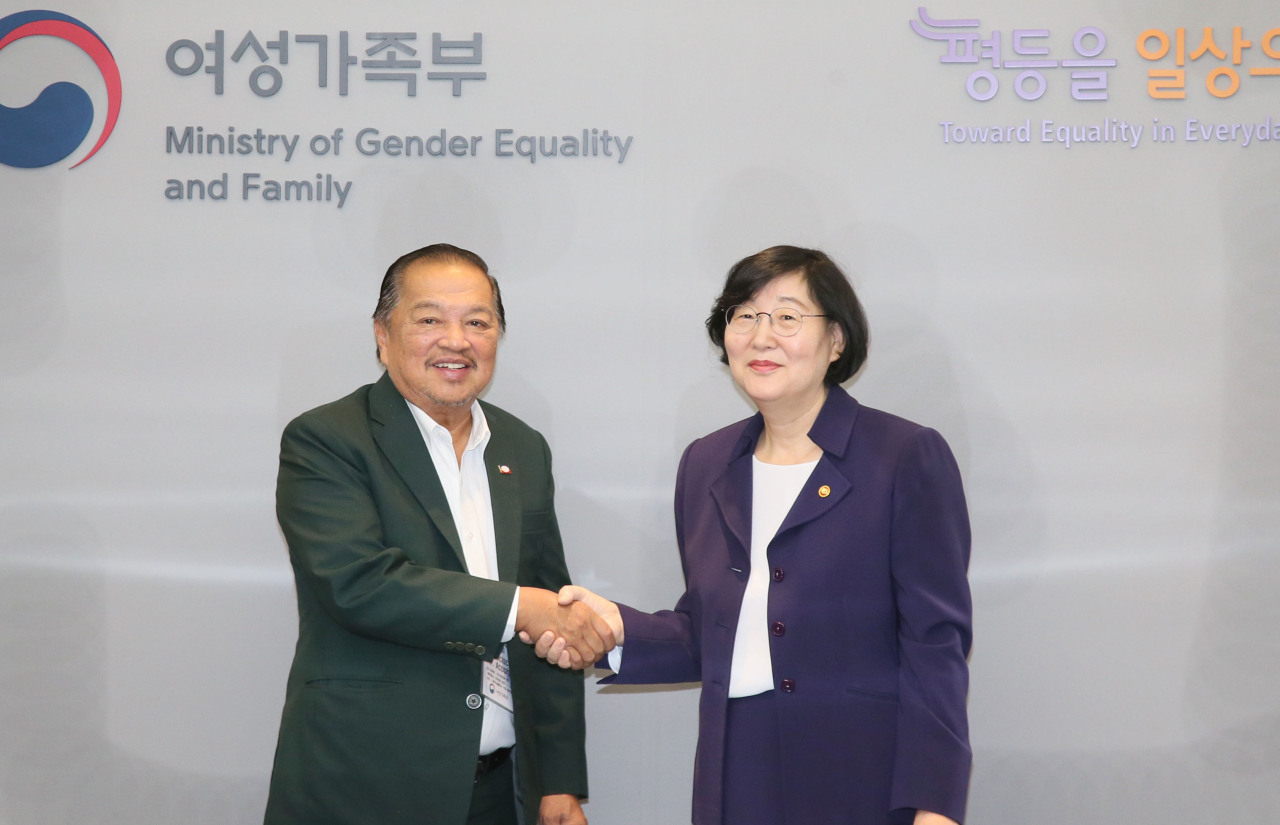 Justice Francisco P. Acosta of the Commission on Filipinos Overseas and Gender Minister Lee Jung-ok pose for a photo at the Seoul Government Complex on Friday. (Gender Ministry)
