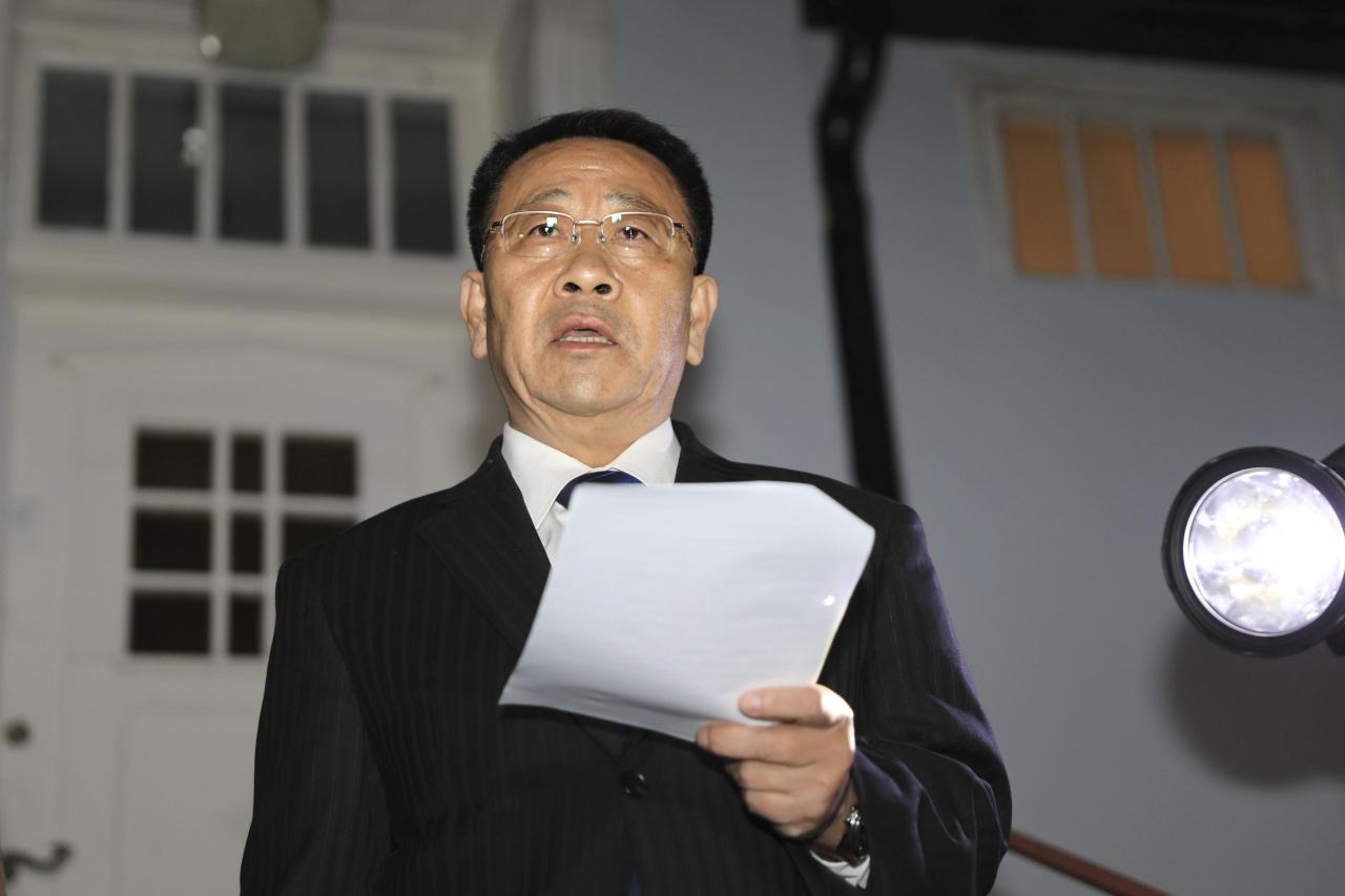 North Korean negotiator Kim Myong-gil reads statement outside the North Korean Embassy in Stockholm, Sweden, Saturday. (AP-Yonhap)