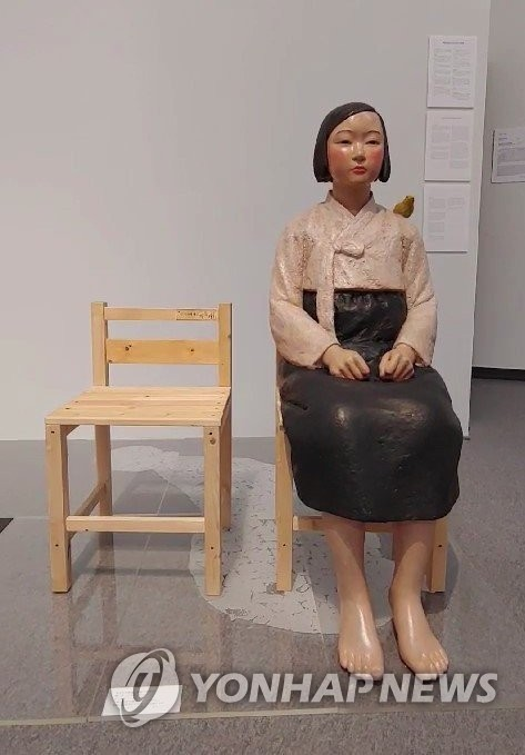 A statue depicting a comfort woman went back on display at the Aichi Triennale 2019 in Nagoya on Tuesday, after the organizer of the international art festival pulled the work from being shown due to protests by right-wing activists in early August. The Aichi Arts Center allowed 60 people to see the exhibit representing victims of Japan's World War II-era sexual slavery, on the first day of it being put back on display, despite a thousand people expressing a wish to see the statue. The file photo was taken on Aug. 4. (Yonhap)