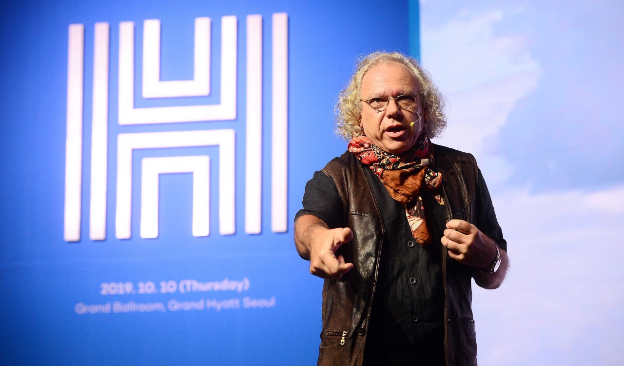 "Alexander Mankowsky, art director at Daimler, delivers a speech titled ""Ethics by Design: Informed Trust, an Interaction Concept for Self-Driving Cars Based on Empathy"" at Herald Design Forum 2019 in central Seoul, Thursday. (Lee Sang-sub/ The Korea Herald)"