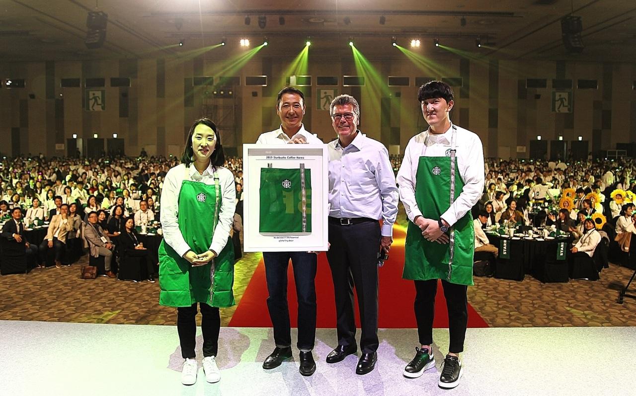 Starbucks Korea CEO David Song (second from left) and John Culver, Starbucks' group president of channel development and global coffee and tea (third from left) pose with Starbucks partners during the Starbucks Korea Leadership Conference in Ilsan, Gyeonggi Province, Thursday. (Starbucks Korea)