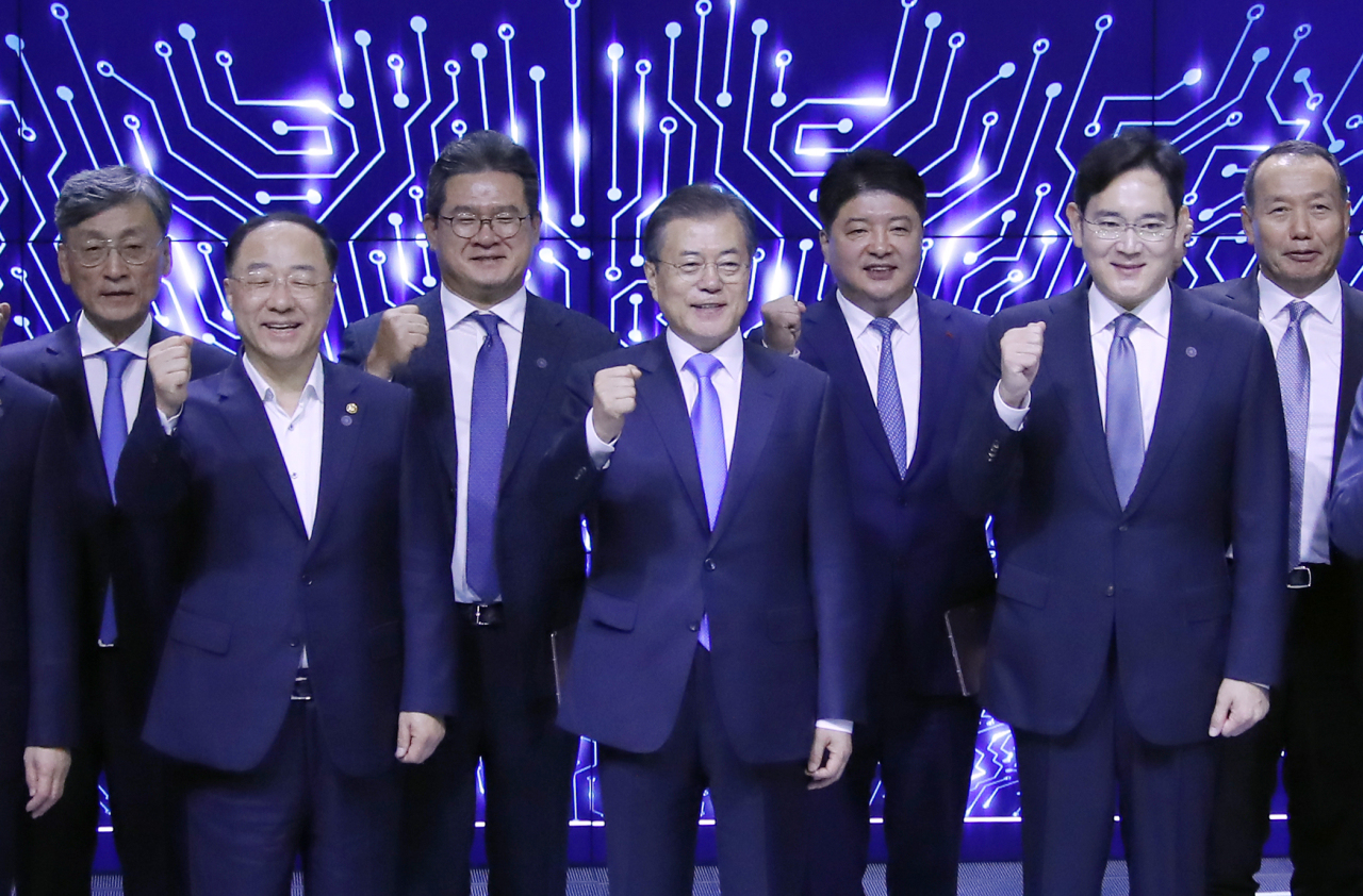 President Moon Jae-in (middle) and Samsung heir Lee Jae-yong (right) pose for a picture at a ceremony to mark Samsung Display's investment in new display technologies in Asan, South Chungcheong Province, on Thursday. (Yonhap)