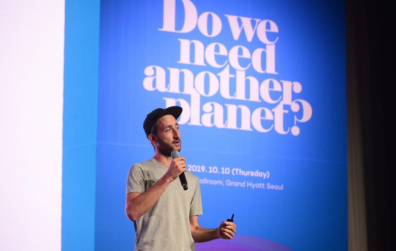 Dave Hakkens gives a lecture at the Herald Design Forum 2019 on Thursday at Grand Hyatt in Yongsan-gu, central Seoul. (Lee Sang-sub / The Korea Herald)