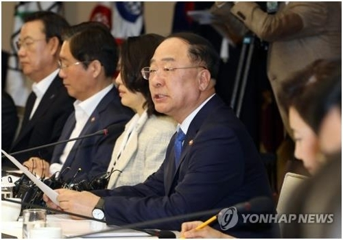 South Korean Finance Minister Hong Nam-ki (2nd from R) speaks in a meeting with officials on how to boost industrial competitiveness at a building in central Seoul on Oct. 11, 2019. (Yonhap)