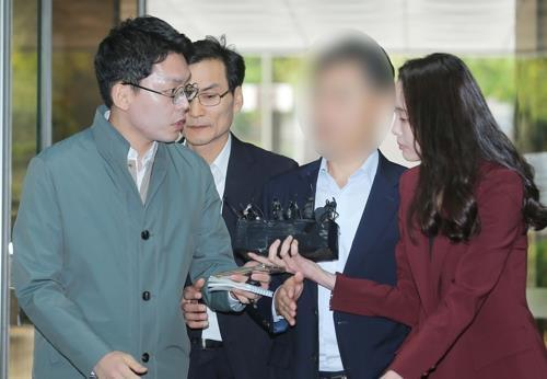 A senior superintendent of the Seoul Metropolitan Police Agency, identified only as Yoon, arrives at the Seoul Central District Court on Oct. 10, 2019, to attend his arrest warrant hearing. (Yonhap)