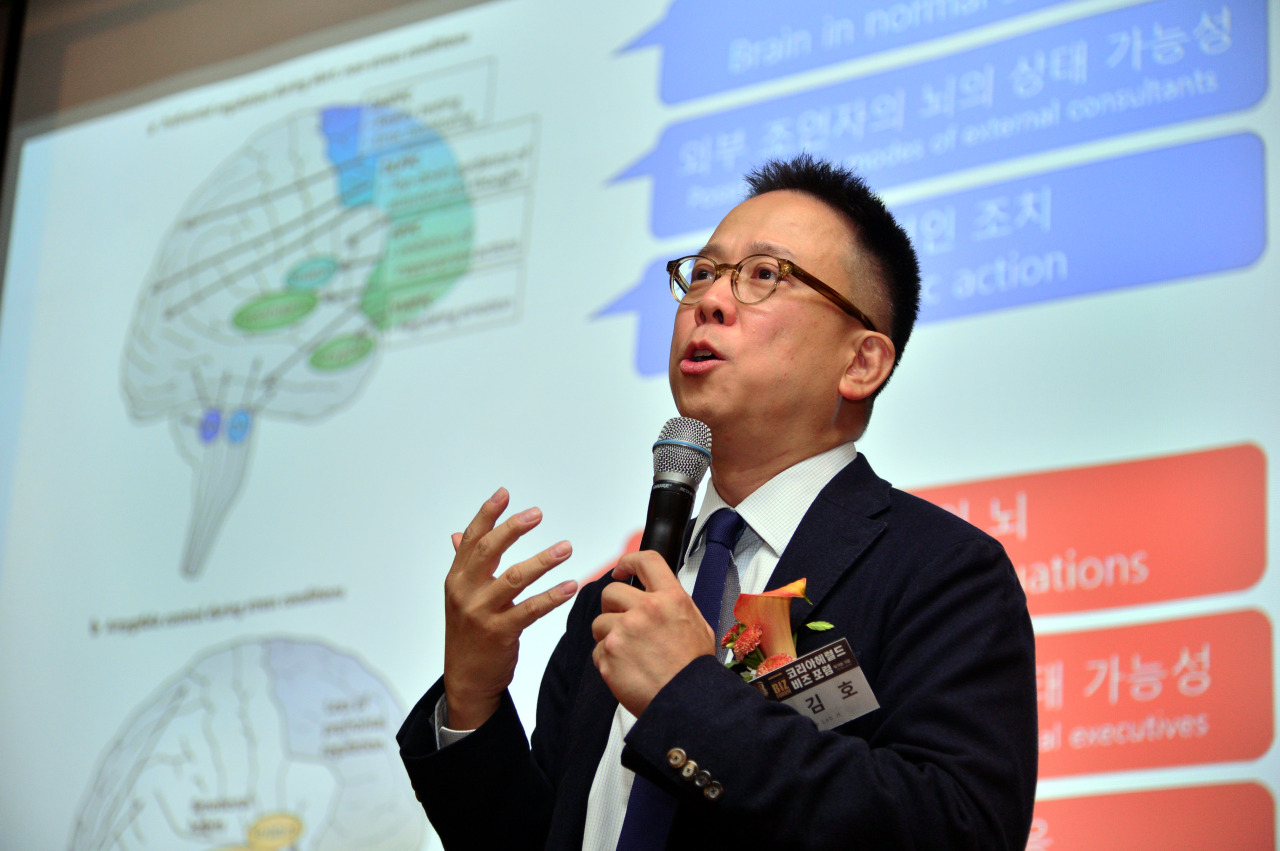 """Kim Hoh, CEO of The LAB h, speaks at The Korea Herald Biz Forum in """"Korea in Crisis: How to Survive in an Era of Trade Wars and Industrial Risks,"""" Friday at the Shilla Hotel in Seoul. (Park Hyun-koo/The Korea Herald)"""
