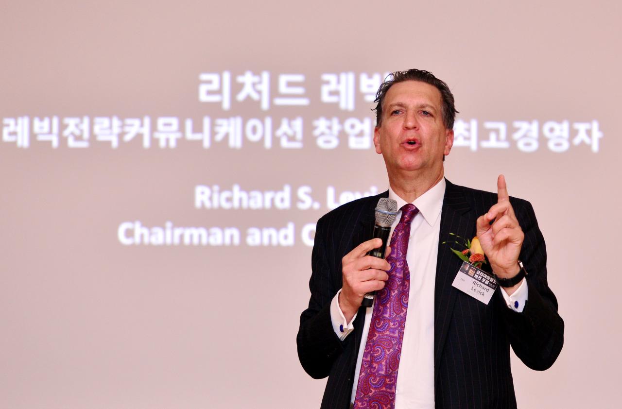 Richard Levick, chairman of LEVICK, speaks at The Korea Herald's Biz Forum on Friday. (Park Hyun-koo/The Korea Herald)