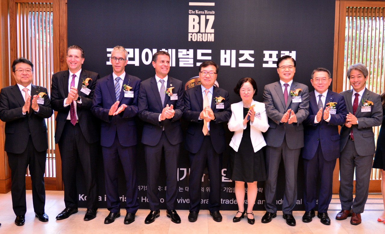 From left: Posco's Senior Executive Vice President Han Sung-hee, LEVICK CEO Richard Levick, ECCK President Christoph Heider, ECCK Chairman Dimitris Psillakis, Herald Corpo. CEO Kwon Chung-won, Fair Trade Commission Chairperson Joh Sung-wook, KOTRA CEO Kwon Pyung-oh, KCCI Vice Chairman Kim Jun-dong and Jipyong LLC's Managing Partner Lim Sung-taek. (Park Hyun-koo/The Korea Herald)