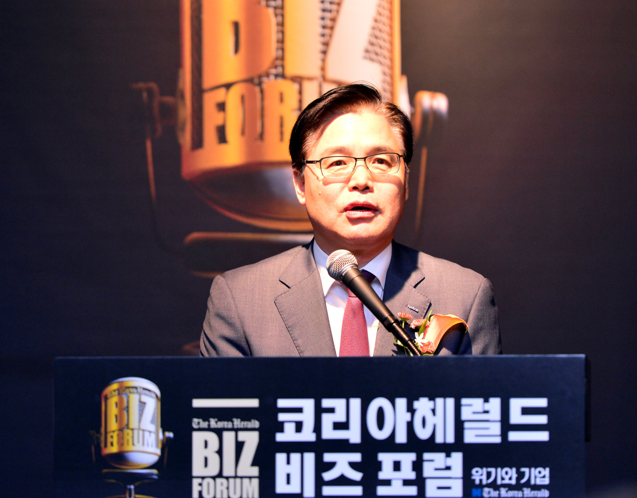 KOTRA CEO Kwon Pyung-oh delivers a congratulatory speech at The Korea Herald's Biz Forum in Seoul on Friday. (Photo by Park Hyun-koo / The Korea Herald)
