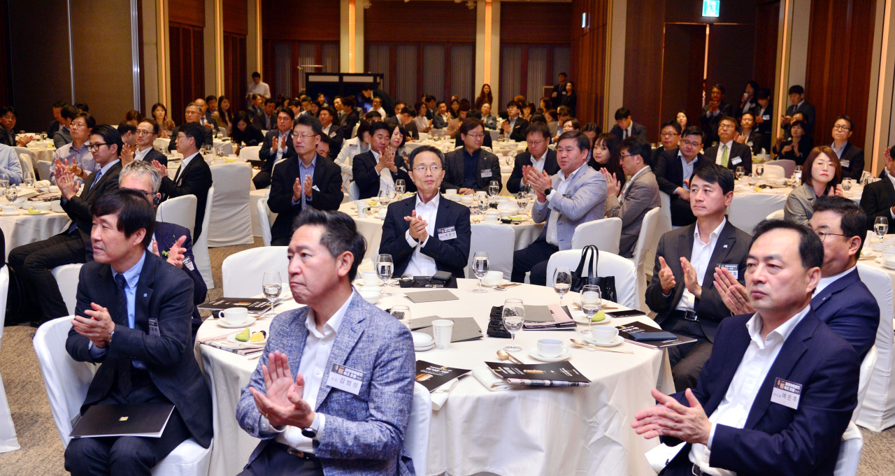 Attendees applaud after a speech during The Korea Herald's Biz Forum in Seoul on Friday. (Photo by Park Hyun-koo / The Korea Herald)
