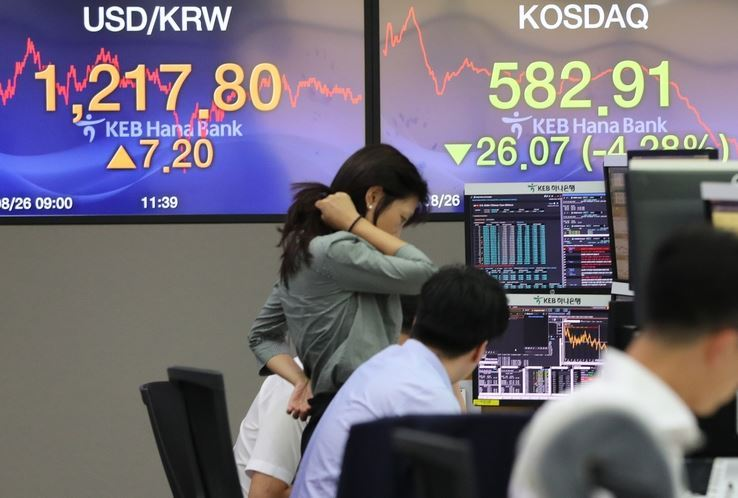 The electronic board at a dealing room of KEB Hana Bank in Seoul on Aug. 26 shows the Korean currency's weakness versus the dollar and stocks' bearish position this year. Market participants are pinning hopes on a rebound in currency value and equity prices in the fourth quarter. (Yonhap)