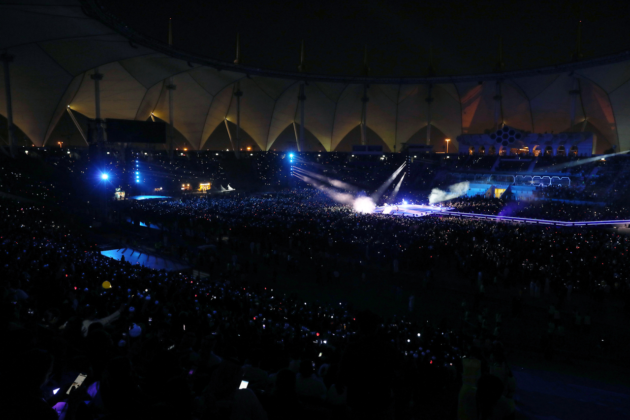 The pack-filled King Fahd International Stadium in Riyadh glows in purple. (Big Hit Entertainment)