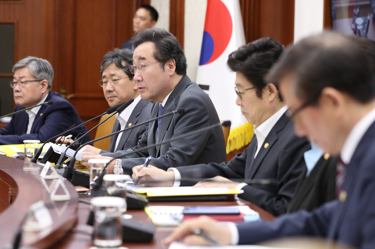Prime Minister Lee Nak-yon speaks at a government meeting on Oct. 10. Yonhap