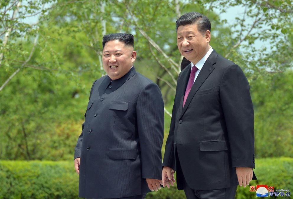 North Korea leader Kim Jong-un (left) and Chinese President Xi Jinping. (Yonhap)