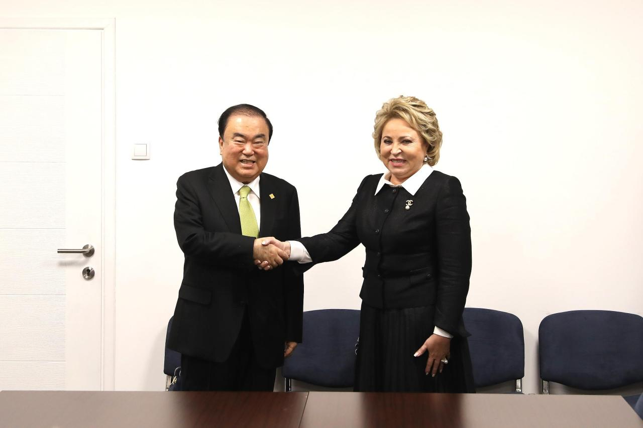 South Korean National Assembly Speaker Moon Hee-sang (left) and Valentina Matviyenko. (Yonhap)