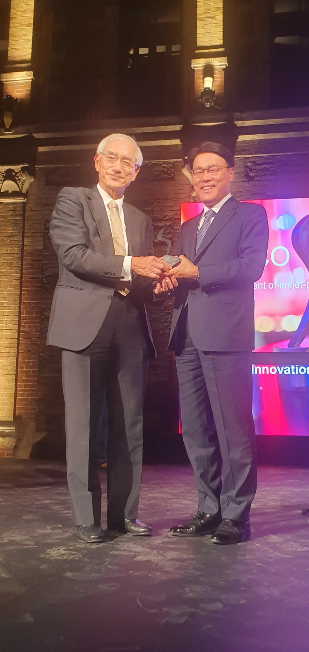 Posco Group Chairman Choi Jeong-woo (right) receives the innovation of the year award presented by World Steel Association Vice Chairman Kosei Shindo at the 10th Steelie Awards held in Monterrey on Tuesday. (Posco)