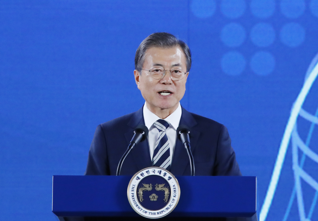 President Moon Jae-in speaks at a proclamation ceremony for the national vision of future car industry at Hyundai Kia Motors Namyang Technological Research Center located in Hwaseong, Gyeonggi Province on Tuesday. (Yonhap)