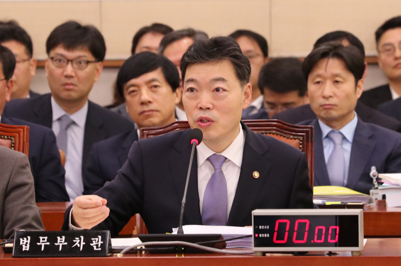 Vice Justice Minister Kim O-su answers questions from the Legislation and Judiciary Committee during the parliamentary audit at the National Assembly on Tuesday. (Yonhap)