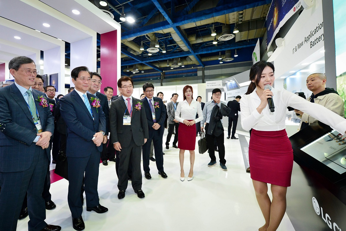 Visitors take a tour of LG Chem's booth at InterBattery 2019 kicked off at Coex, southern Seoul, on Wednesday. (LG Chem)