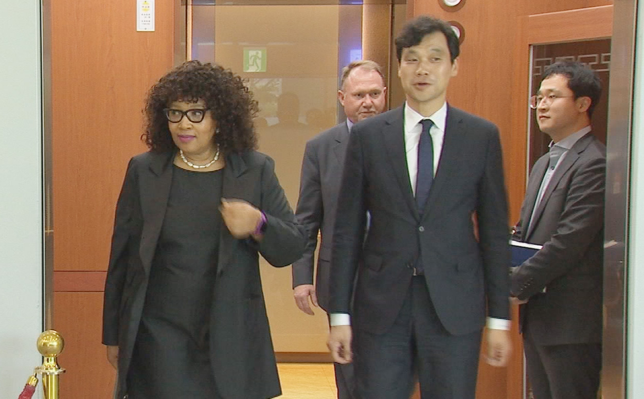 Zenani Mandela-Dlamini, South Africa's ambassador to South Korea (left) leaves the Ministry of Foreign Affairs after meeting with South Korean officials on Thursday. (Yonhap)