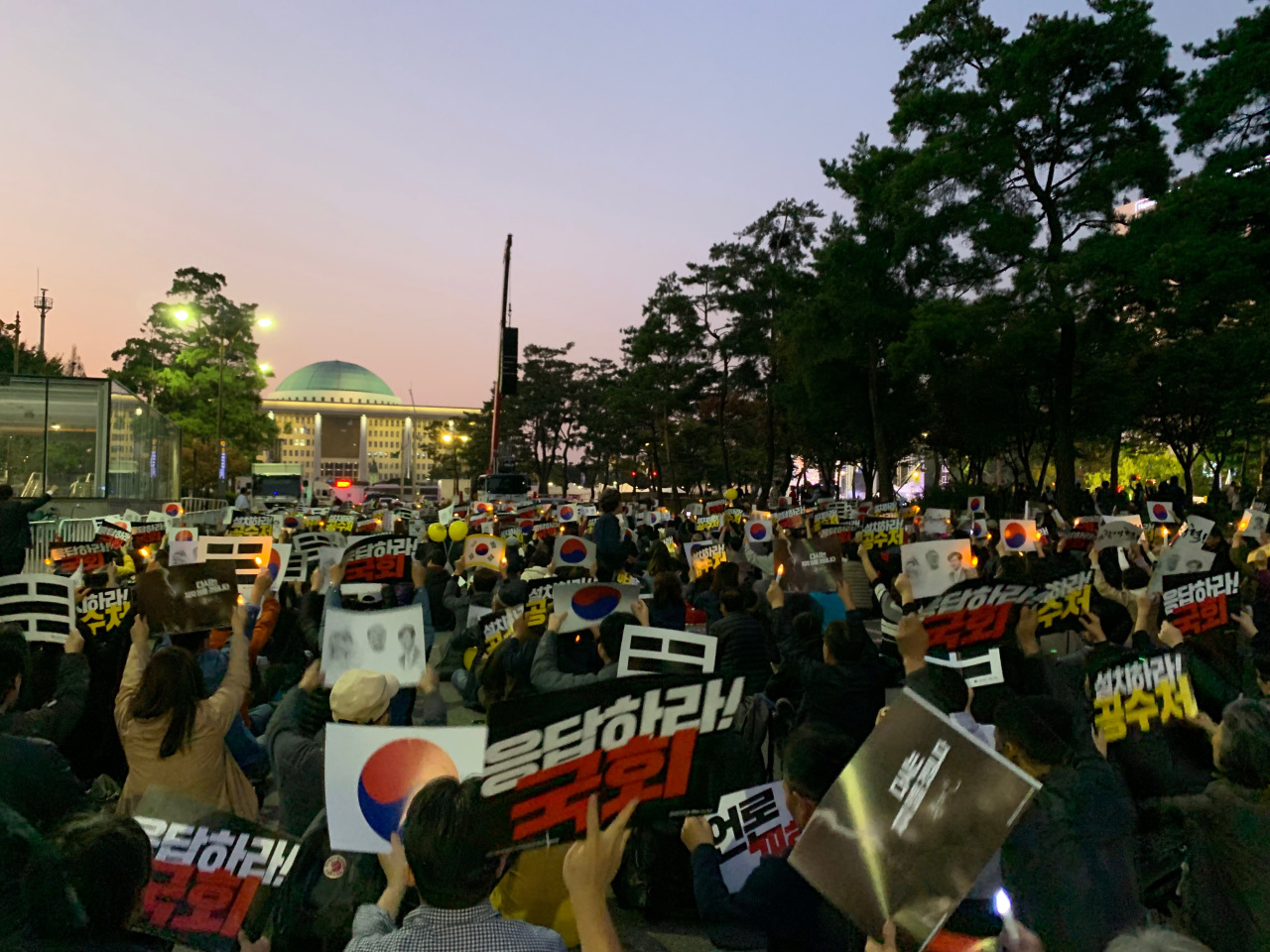Protesters gather at the boulevard before the parliament building's main gate on Saturday. (Kim Arin/The Korea Herald)