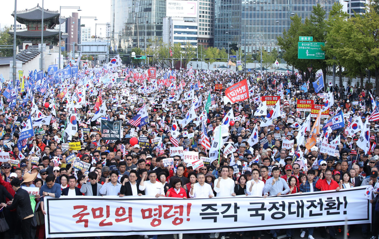 Conservatives led by the main opposition Liberty Korea Party hold an anti-government rally in Gwanghwamun in Seoul on Saturday. (Yonhap)