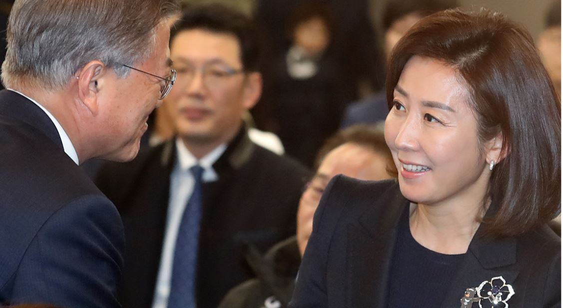 President Moon Jae-in (left) shakes hands with Rep. Na Kyung-won of the right-wing Liberty Korea Party (now the party floor leader) during an event to encourage South Korean athletes preparing for the PyeongChang Paralympic Winter Games on March 2, 2018, in Seoul, a week before the opening ceremony. (Yonhap)