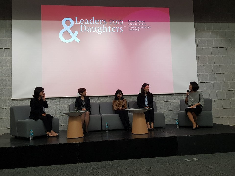From left: Michelle Kim, CEO of premium gardening and lifestyle company Club G; Jean Yoon, former executive editor at Thomson Reuters; Juliet Dong-wha Kim, business development director of Netflix Korea; Soo-kyung Han, business development manager of Naver Line; and Amy Son, a consultant at Egon Zehnder, participate at Egon Zehnder's Leaders & Daughter event at Seoul Foreign School on Wednesday. (Jung Min-kyung/The Korea Herald)