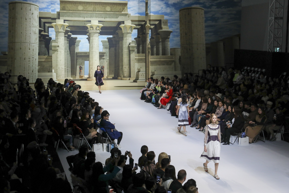 As Cahiers' 2020 spring-summer collection was themed around Cleopatra, the stage was wrapped around with an illustration of an Egyptian temple. (Seoul Design Foundation)