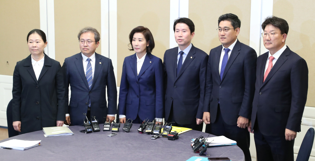 Lawmakers of major political parties hold a meeting on Sunday to discuss pending issues including the establishment of a special corruption investigation unit. (From left) Reps. Kwon Eun-hee of the Bareunmirae Party, Song Ki-hun of the Democratic Party, Na Kyung-won of the Liberty Korea Party, Lee In-young of the DP, Oh Shin-hwan of the BP, and Kweon Seong-dong of the LKP. (Yonhap)