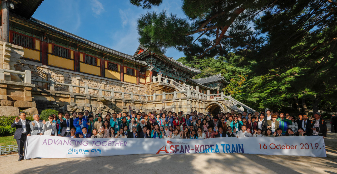 Some 200 delegates on the ASEAN-Korea Train visit the temple Bulguksa, a UNESCO World Heritage Sites located in Gyeongju, North Gyeongsang Province, on Wednesday. (Korean-ASEAN Center)