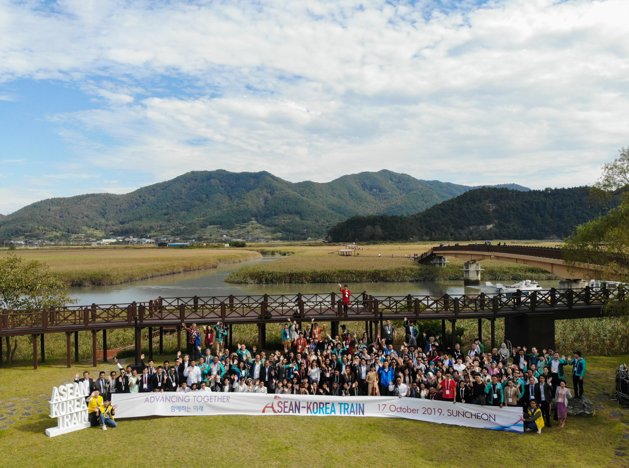 ASEAN-Korea Train delegates take part in a group photo at the Suncheon Bay Wetland Reserve on the second day of the three-day event Thursday. (ASEAN-Korea Center)