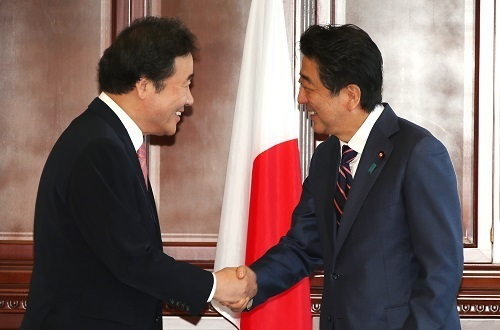 South Korean Prime Minister Lee Nak-yon (left) and Japanese Prime Minister Shinzo Abe (Yonhap)