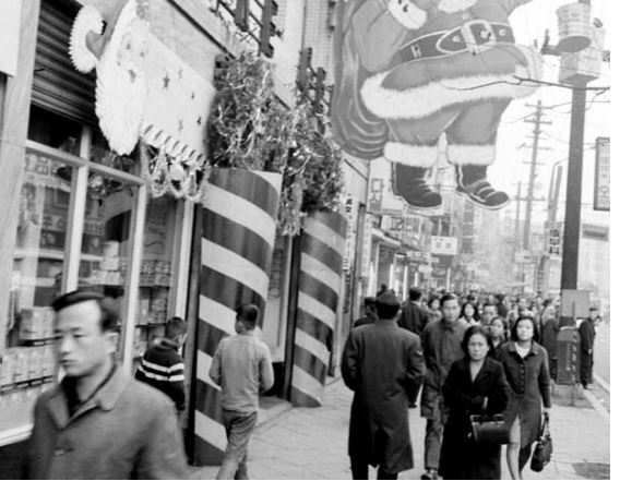 A government agency-released photo shows a street in downtown Seoul in December 1965, when the city saw rapid growth in the number of children in the wake of Korea's baby-boomer generation of those born 1955-1963. (National Archives of Korea)