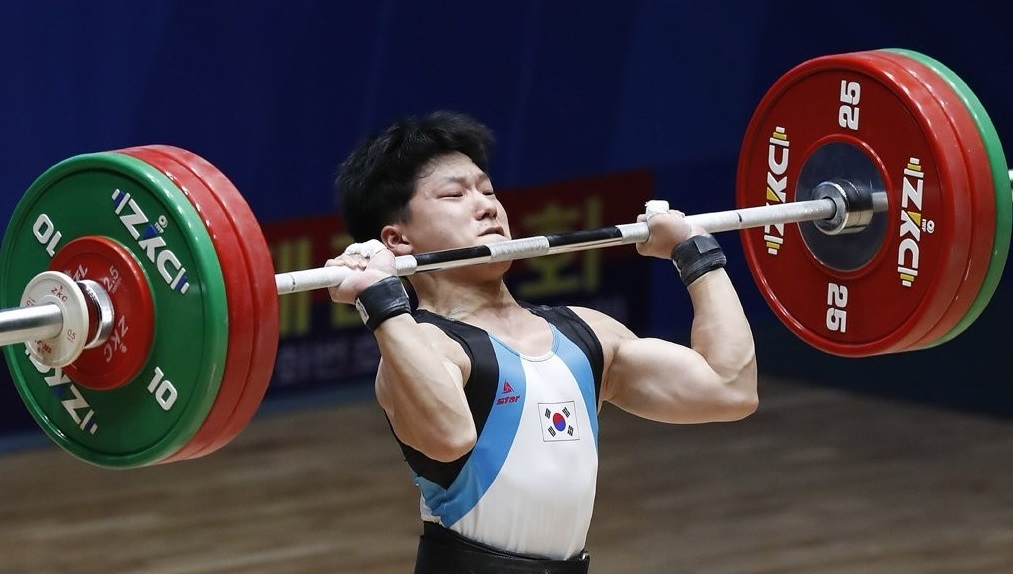 South Korea's rising star weightlifter, Shin Rok, lifts 151 kilograms in his second clean and jerk attempt in men's under-17 61 kg class at the 2019 Asian Youth & Junior Weightlifting Championships underway in Pyongyang (Yonhap)