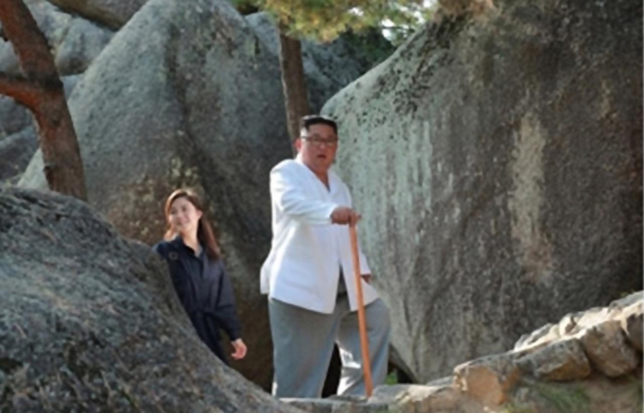 Ri Sol-ju (left). Yonhap