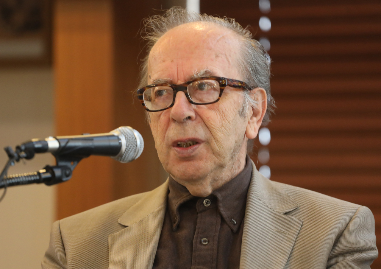 Albanian novelist Ismail Kadare speaks at a press event held at the Press Center in Gwanghwamun, central Seoul, Wednesday. (Yonhap)